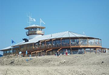 strandpaviljoen dat geheel van hout is gemaakt